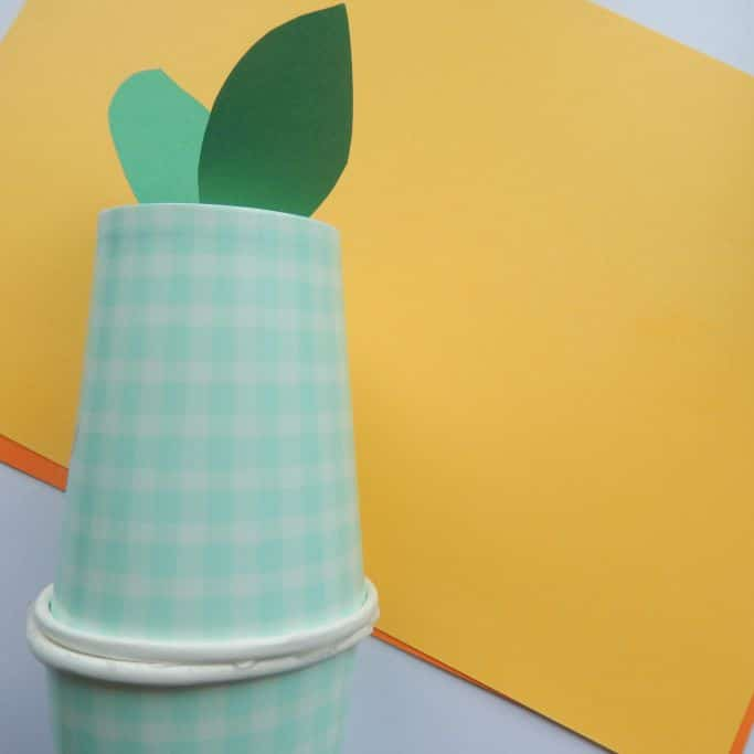 how to make an apple shaker from paper cups