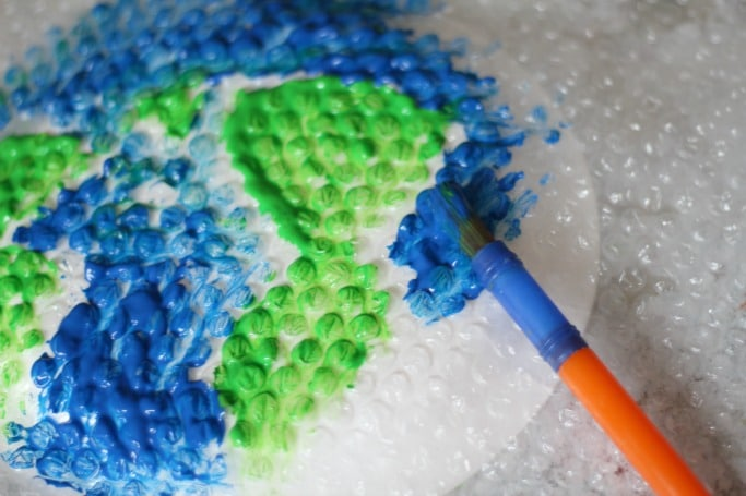 painting bubble wrap earth craft for kids